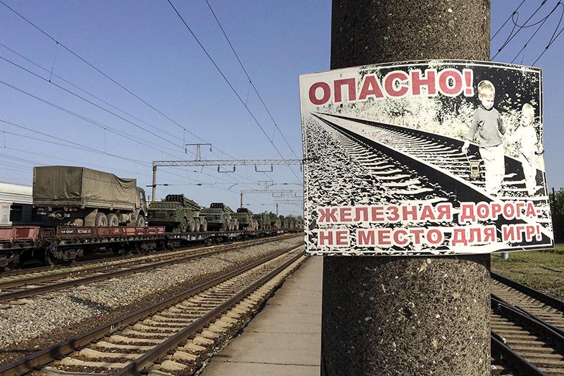 Ракетные комплексы и военные грузовики на железнодорожных платформах в городе Матвеев Курган Ростовской области.25 мая 2015 года.