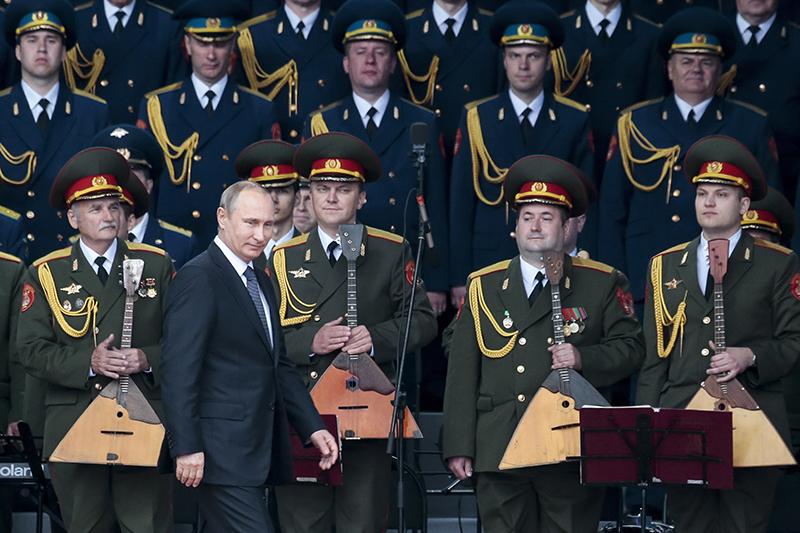 Открытие форума «Армия-2015» посетил Владимир Путин. Всвоей речи президент рассказал о40 новых межконтинентальных баллистических ракетах, которые будут поставлены навооружение российской армии в2015 году. Они смогут преодолевать даже самые технически совершенные системы противоракетной обороны, заверил Путин. Поего словам, Россия намерена вдальнейшем уделять особое внимание масштабной госпрограмме вооружения имодернизации оборонно-промышленного комплекса.Вконце 2014 года Минобороны завершило испытания новой твердотопливной МБР РС-24 «Ярс». Посравнению спредшественником, «Тополем-М», вновой ракете применяется новый принцип— независимая система наведения боеголовок разделяющейся головной части идругие дополнительные возможности попреодолению системы противоракетной обороны. 9мая новые колесные комплексы сракетами «Ярс» прошли поКрасной площади