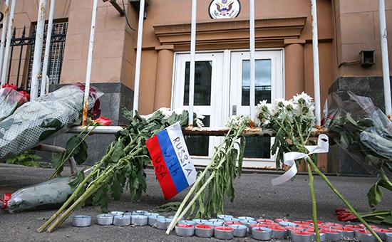 Цветы у посольства США вМоскве впамять ожертвах нападения наночной клуб в американском городе Орландо