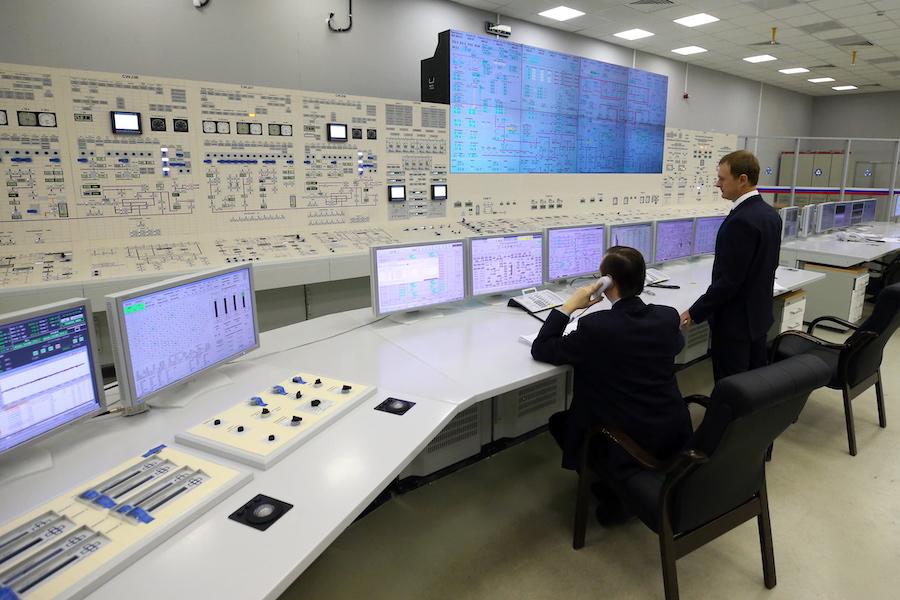 Сотрудники во время работы на пусковом блоке Ленинградской АЭС-2, 2018 год