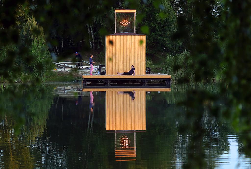 Арт-объект «Дом с люстрой» архитектурного бюро «Хвоя»