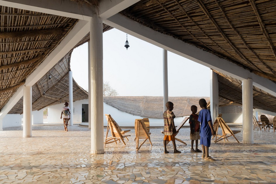 Полноте погружения в сенегальский быт способствует необычная форма здания с изогнутой соломенной крышей и несколькими залами, похожими на рондавели. Африкано-футуристичный музей спроектировала архитектор из Японии Тосико Мори