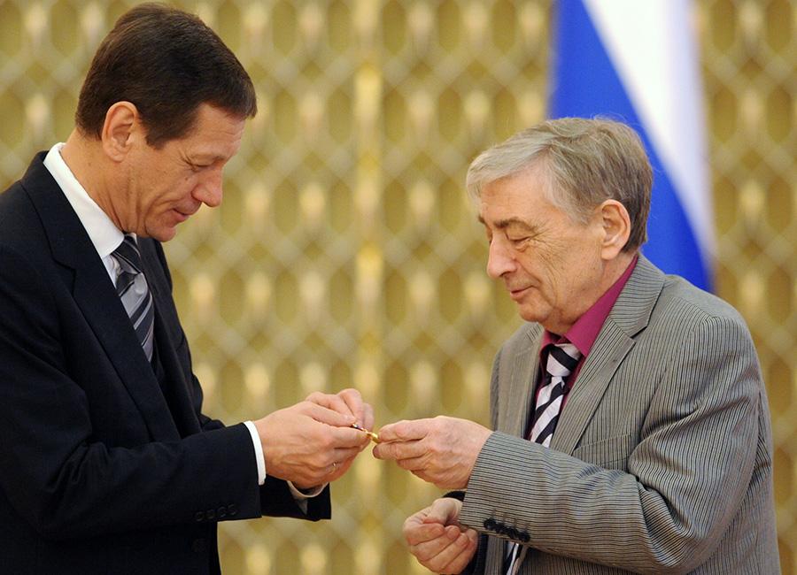 Занимавший пост вице-премьера России Александр Жуков и Эдуард Успенский на церемонии вручения премий правительства России в области культуры. 29 марта 2011 года