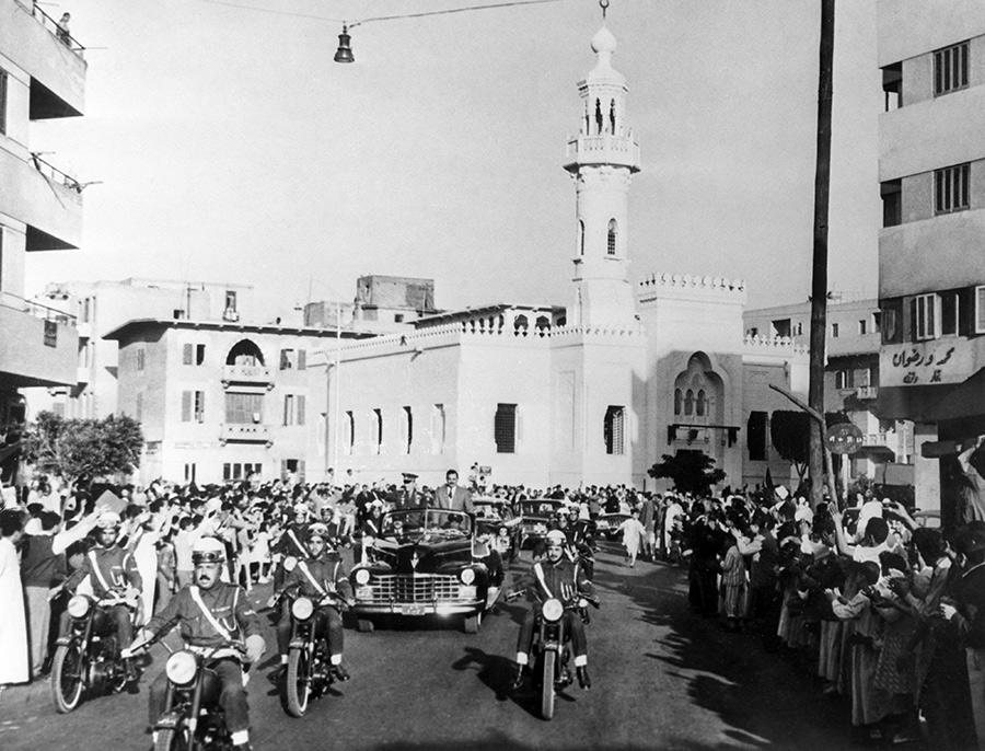 Жители Каира встречают кортеж с первым космонавтом