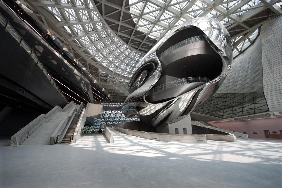 Высота выставочных залов иобщественных пространств внутриздания достигает 17м. Такие размеры позволяют размещать внутриэкспонаты большого размера, атакже максимизируют естественное освещение, которое проникает внутрьчерез искривленный стеклянный колпак-крышу