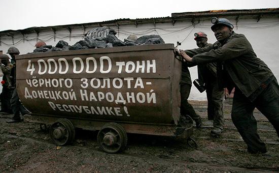 Шахтеры на церемонии в честь добычи 4 миллионов тонн угля