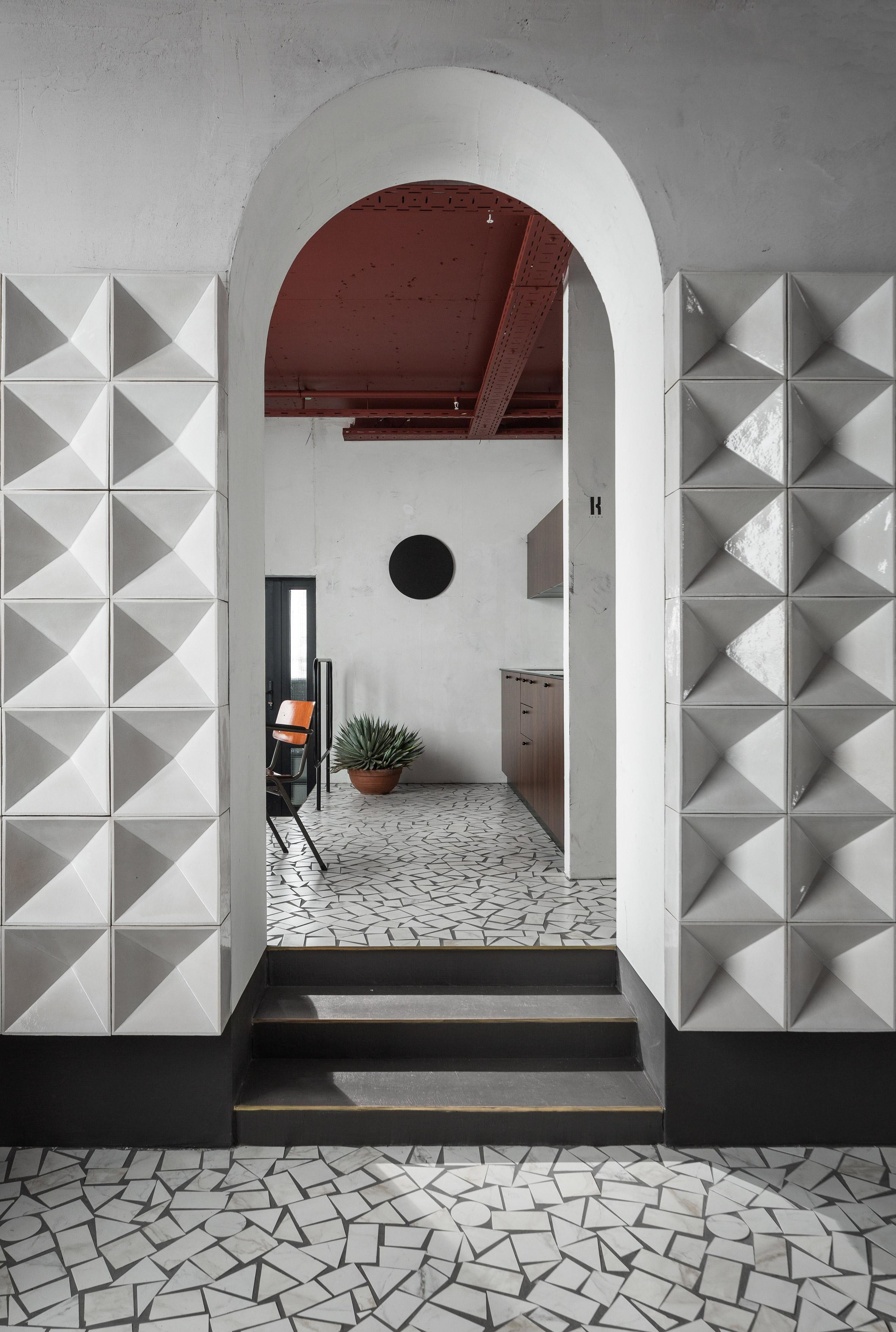 Большую часть стен в офисе архитекторы выкрасили в белый цвет, лишь несколько несущих конструкций сохранили свой первоначальный вид