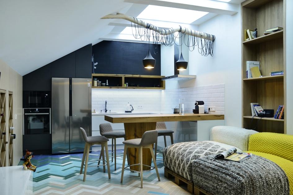 Для этой мансарды мебель делали на заказ — чтобы все предметы вписались в помещение с нестандартными габаритами