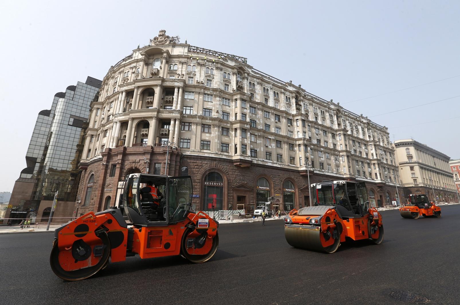 Для выравнивания дорожного полотна рабочим понадобилось около80 кубометров бетона