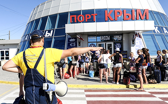 Пассажиры на паромной переправе «Крым» в Керчи