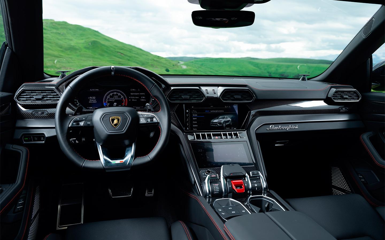 Салон Lamborghini Urus отличается не только высококачественной отделкой из дорогой кожи и углеволокна – его можно заказать практически в любых цветах, чтобы интерьер лучше гармонировал с оттенком кузова.