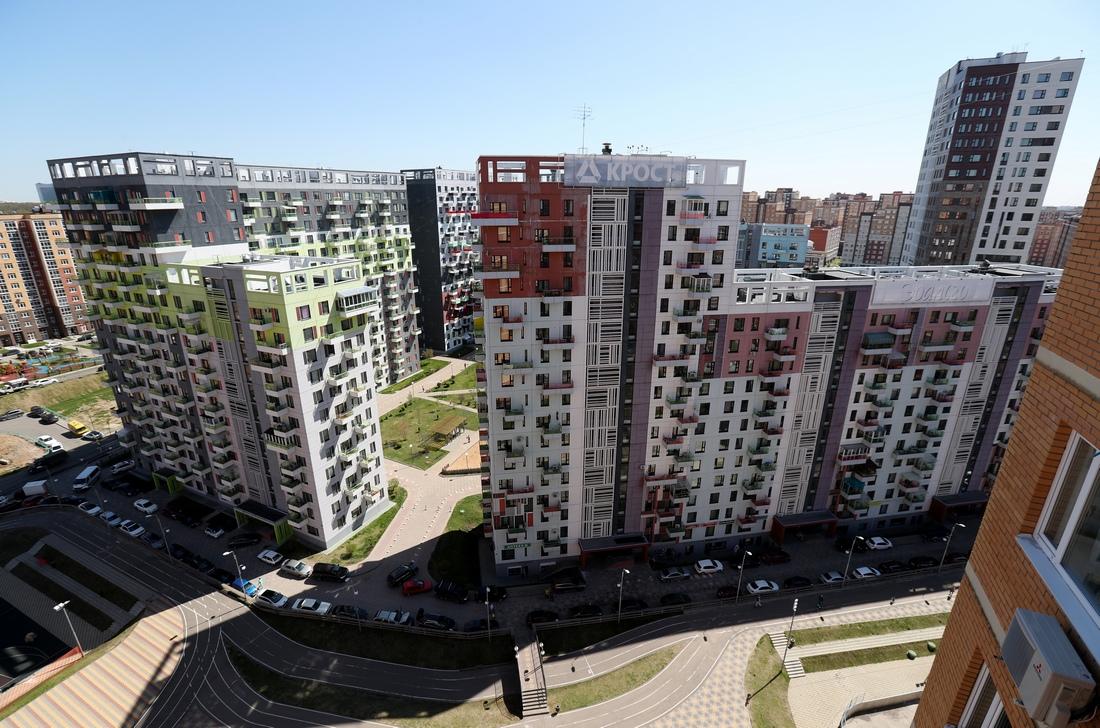 «Большинство людей считает, чтопанель живет до60лет,— заявила Юлия Иванова.— Тем неменее у современных панельных зданий срок службы достигает 120 лет».