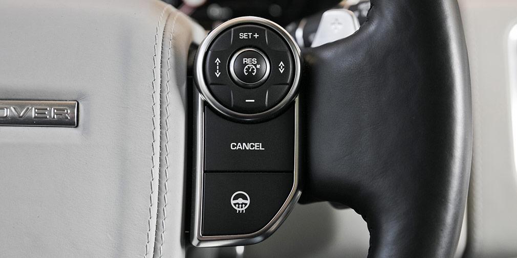 Кнопка активации подогрева руля вRange Rover—едвалинесамая большая клавиша всалоне.