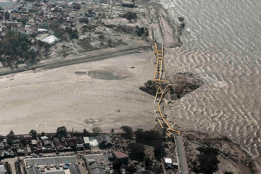 Первый подземный толчок на индонезийском острове Сулавеси был зафиксирован 28 сентября утром. Сейсмологи сообщили о магнитуде 6,1. Второй удар имел магнитуду 7,5