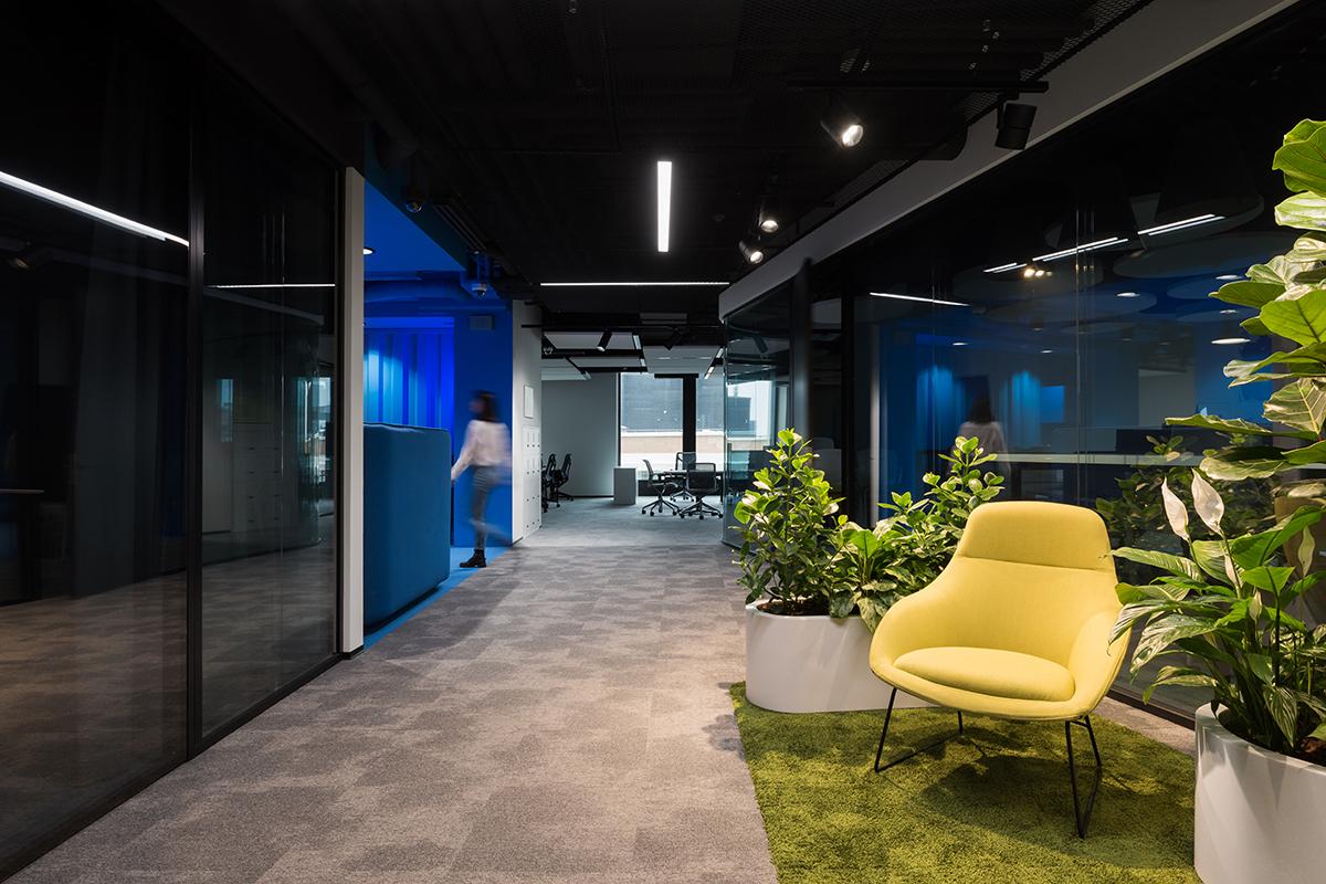 В офисе есть небольшие островки для работы и отдыха