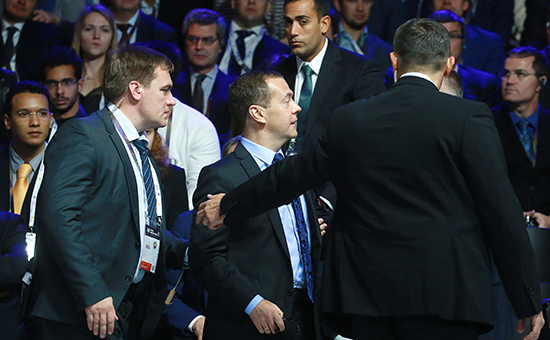 Премьер-министр России Дмитрий Медведев (в центре) вовремя эвакуации из-заугрозы возможного пожара нафоруме «Открытые инновации-2016» в технопарке «Сколково»