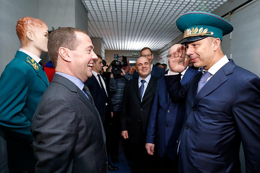 Премьер-министр Дмитрий Медведев, министр финансов Антон Силуанов (слева направо на первом плане) и руководитель ФНС Михаил Мишустин (в центре) во время посещения центра обработки данных № 1 ФНС в Городце. 2015 год