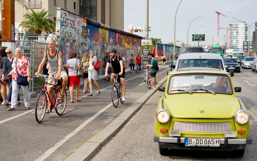 Восточногерманский «Трабант» на фоне East Side Gallery на месте бывшей Берлинской стены, 2019 год