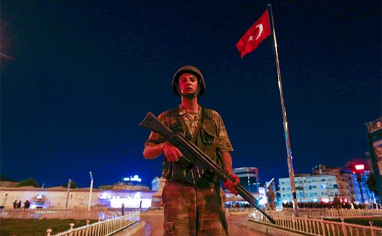 Турецкий военный в Стамбуле. 15 июля 2016 года