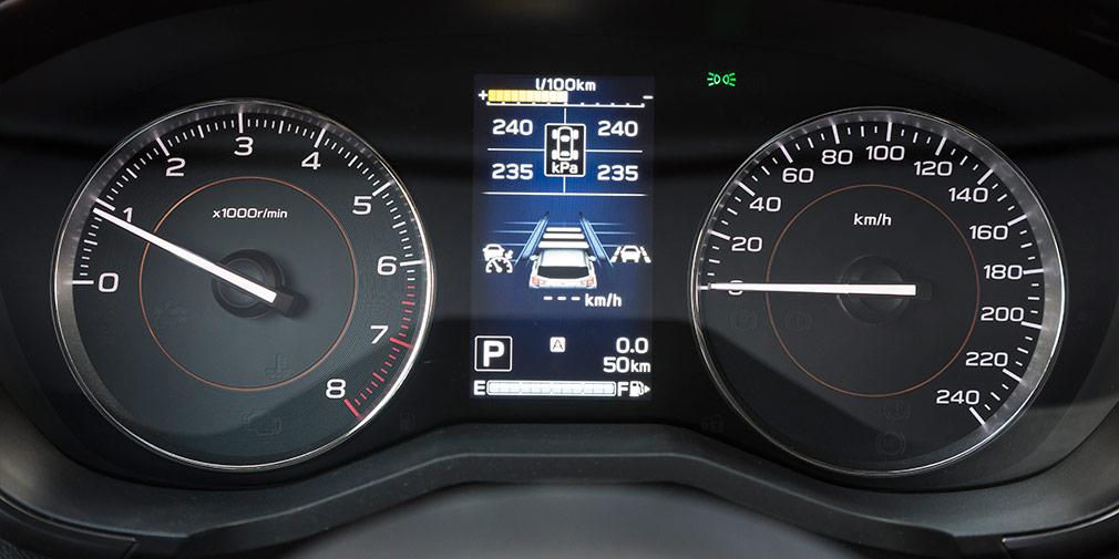 Приборы читаются отлично. На дисплее — данные о давлении в шинах и указатель выбранной дистанции круиз-контроля.