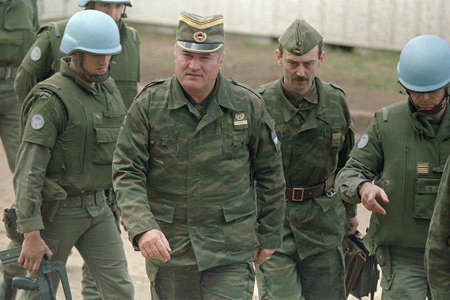 Младич (второй слева) с помощником и французскими солдатами на встрече в аэропорту боснийской столицы Сараево