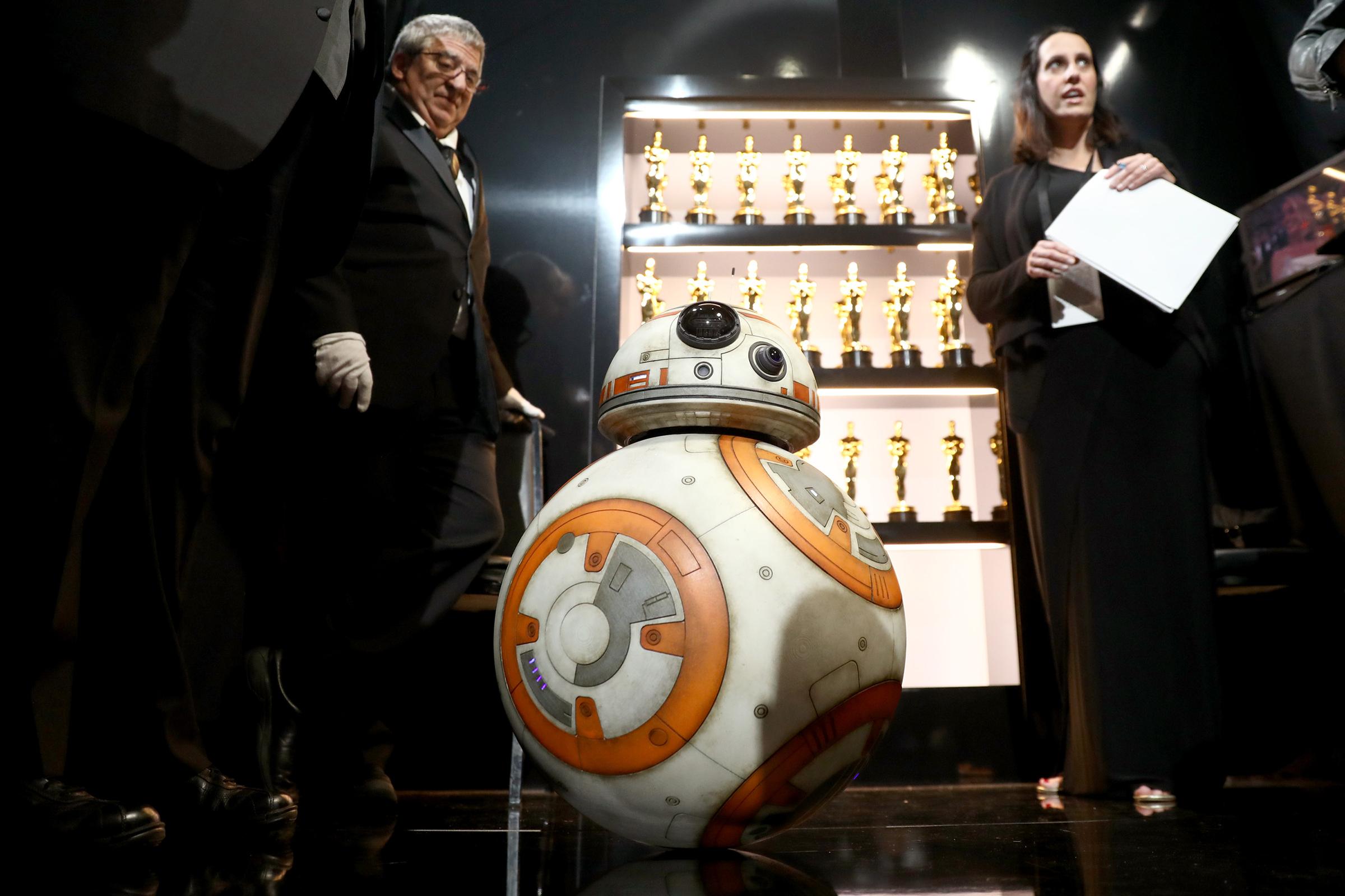 Во время объявления победителя в номинации «Лучший короткометражный анимационный фильм» на сцене вместе с актерами из «Звездных войн» Марком Хэмиллом, Оскаром Айзеком и Келли Мари Трэн появился еще один персонаж киносаги — дроид BB-8.