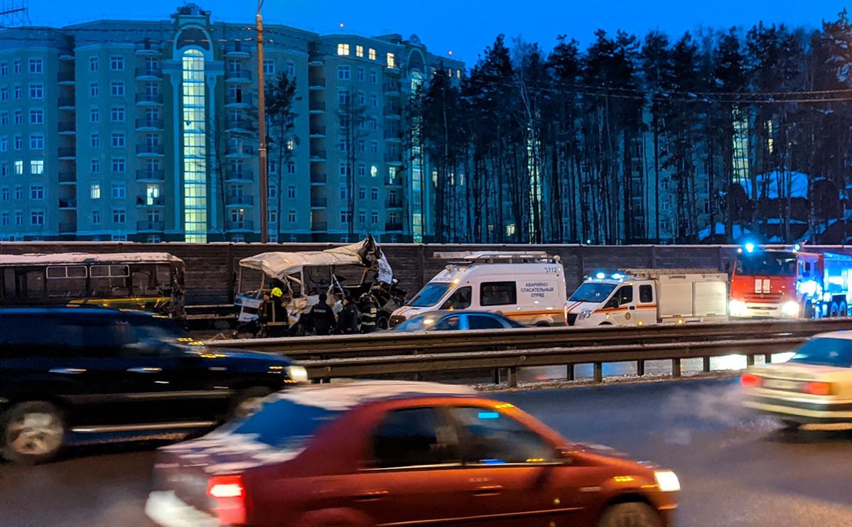 Место ДТП с участием большегрузного автомобиля и военной автоколонны на 28-м километре Новорижского шоссе