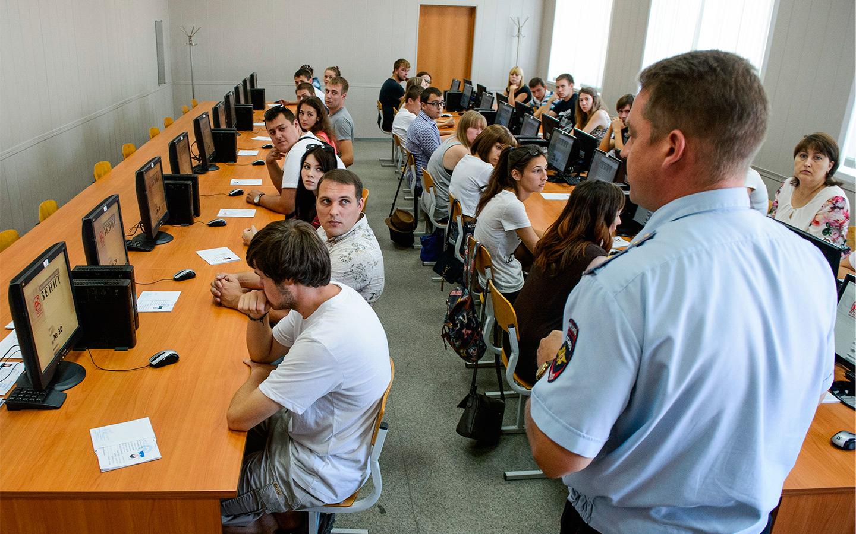 <p>Петр Шкуматов, поддержавший идею, посчитал также, что теоретический экзамен в ГИБДД для школьников с ПДД в аттестатах отменять не стоит.</p>