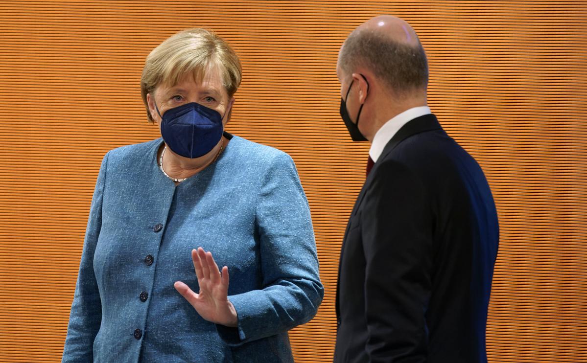 Ангела Меркель (слева)