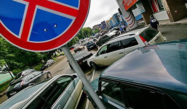 За неправильную парковку и стоянку на всей территории России водители платят по 1500 рублей, в Москве и Санкт-Петербурге – по 3000 рублей.
