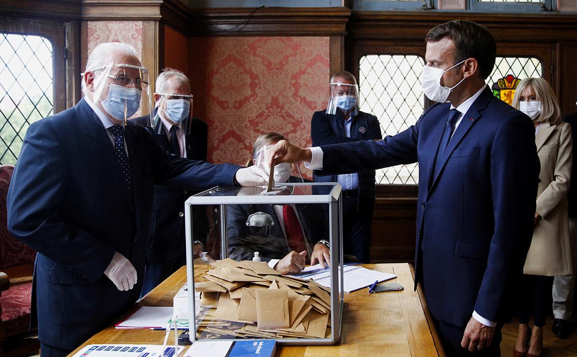 Эммануэль Макрон на избирательном участке во время второго тура муниципальных выборов во Франции