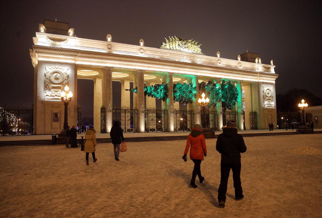 Новогодняя елка у главного входа в Парк Горького