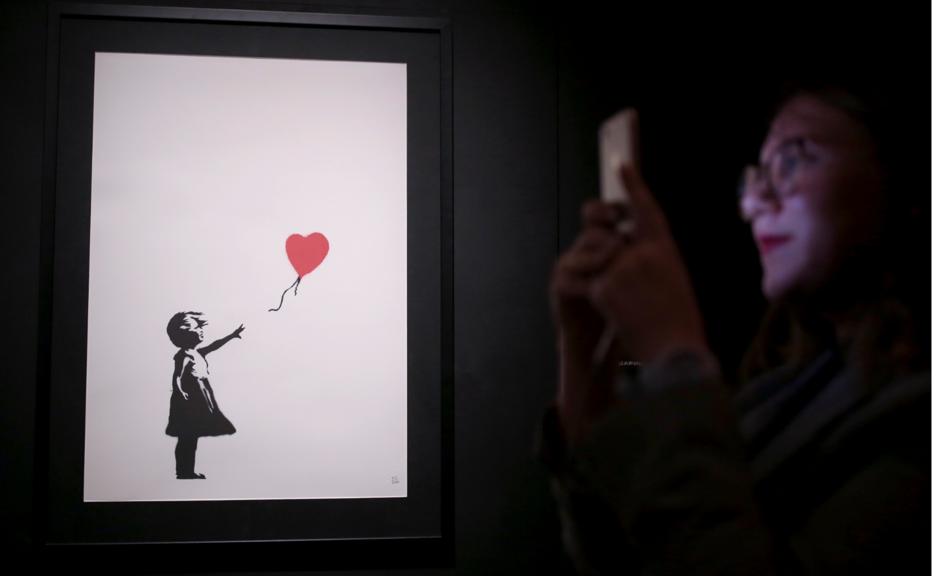 «Девочка с шаром» на открытии выставки стрит-арт художника Бэнкси в Петербурге
