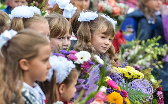 Дети вовремя торжественной линейки, посвященной Дню знаний