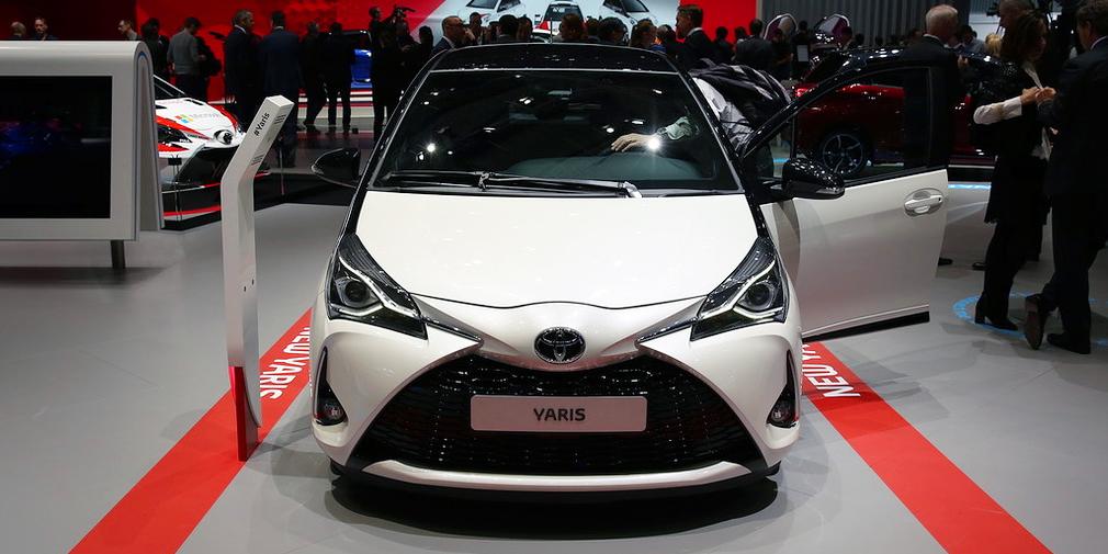 Обновленный хэтчбек Toyota Yaris получил более 900 новых деталей. От прежней версии остался только базовый трехцилиндровый силовой агрегат мощностью 69 л.с. и гибридная версия, а дизель для этой модели больше не предлагают. Новый турбомотор 1,5 л развивает 110 л.с. и в некоторых режимах ради экономии может работать по циклу Аткинсона. В базовой версии Yaris оснащен комплексом Toyota Safety Sense, умеющим самостоятельно тормозить, переключать дальний свет и следить за разметкой.
