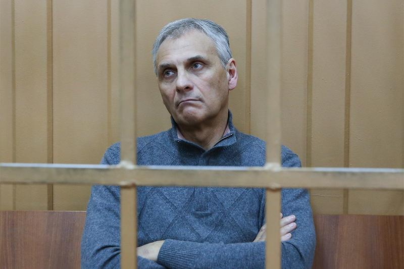 В декабре 2013 года активисты ОНФ сообщили входе форума Владимиру Путину, чтогубернатор Сахалина Александр Хорошавин тратит 680 млнруб. насобственный имидж, позже вдвижении его раскритиковали загосзакупку автомобилей, покупку вертолета итраты наремонт резиденции.  В марте 2015годавкабинете губернатора прошли обыски, асамого его вместе сподчиненными задержали иподконвоем доставили вМоскву. Расследования ОНФ вовнимание следствия, однако, непопали: губернатора обвиняют вполучениивзятки отэнергетической компании икандидатов вдепутаты.   На фото: бывший губернатор Сахалинской области Александр Хорошавин