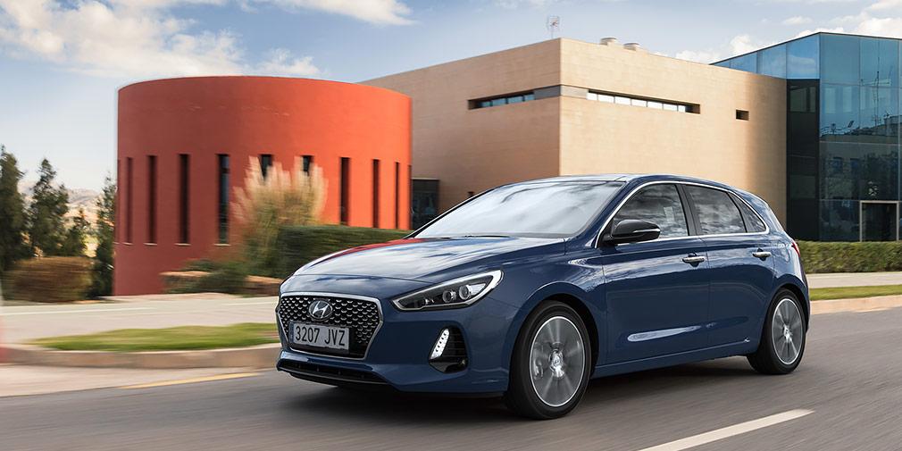 Hyundai i30  До конца лета представительство Hyundai начнет продажи хэтчбека i30 третьего поколения, который был представлен еще осенью прошлого года. Машина по габаритам символическим меньше VW Golf, а в гамме двигателей только моторы объемом 1,0 л (120 л.с.) и 1,4 л (100 и 140 лошадиных сил). Дизели (95, 110 и 135 л.с.) к нам не повезут.