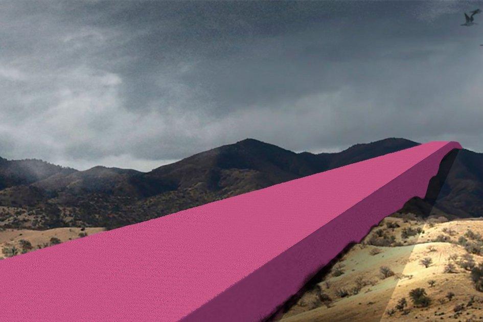 В Estudio3.14 сравнивают свое предложение сбесконечным монументом, таккакстена должна непрерывно проходить черезвсе типы ландшафта—пустыни, горы, реки, приграничные города. Стена такжеотсылает кархитектурной мегаломании, характерной дляфашистских режимов Адольфа Гитлера иБенито Муссолини, пишет Designboom