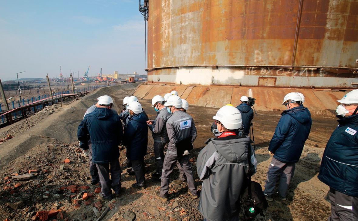 Сотрудники компании «Норникель» на территории ТЭЦ-3 в Норильске