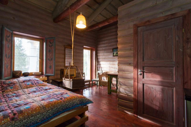 Авторская комната Леонида Парфенова» в Арт-Усадьбе Веретьево: двуспальная кровать, ванная — всего 16,5 кв. м