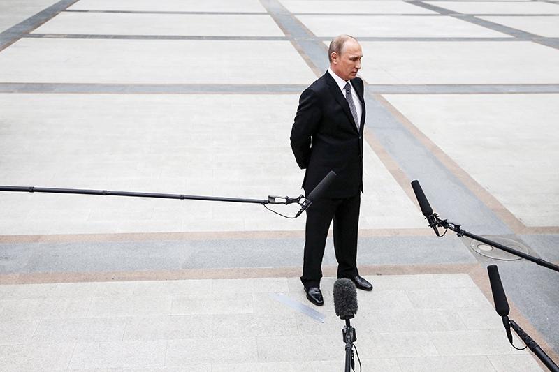 1место:Владимир Путин, президент  Самый популярный российский политик вофлайне ионлайне. Сам он говорил, чтоинтернетом вотличиеотМедведева непользуется, новторой год подряд его цитируют втри раза чаще премьера (1,3 млн упоминаний).  «Медиалогия» незамеряет количество негативных упоминаний, ноименно интернет —последнее место, где Путина последовательно критикуют