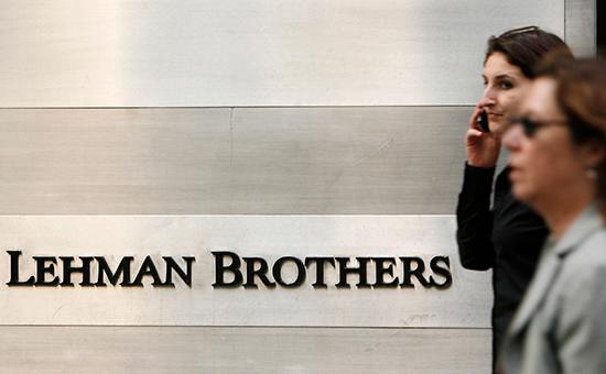 Прохожие у здания банкаLehman Brothers в Нью-Йорке. Архивное фото