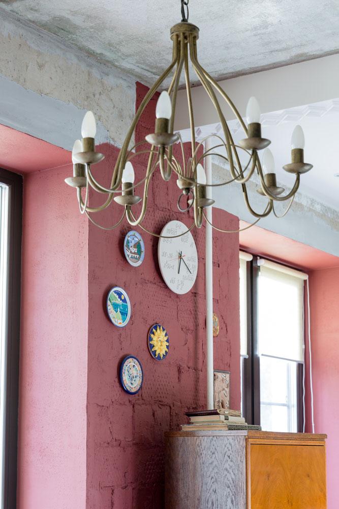 Со стен сняли штукатурку, а кирпичную кладку покрыли эмалевой краской