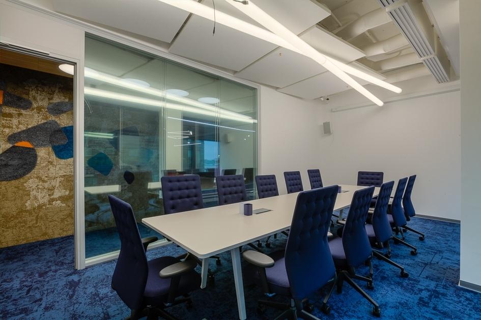Стены в офисе покрыты маркерной краской, напоминающей белоснежную поверхность яхт,благодаря чему на нихможно рисовать маркером
