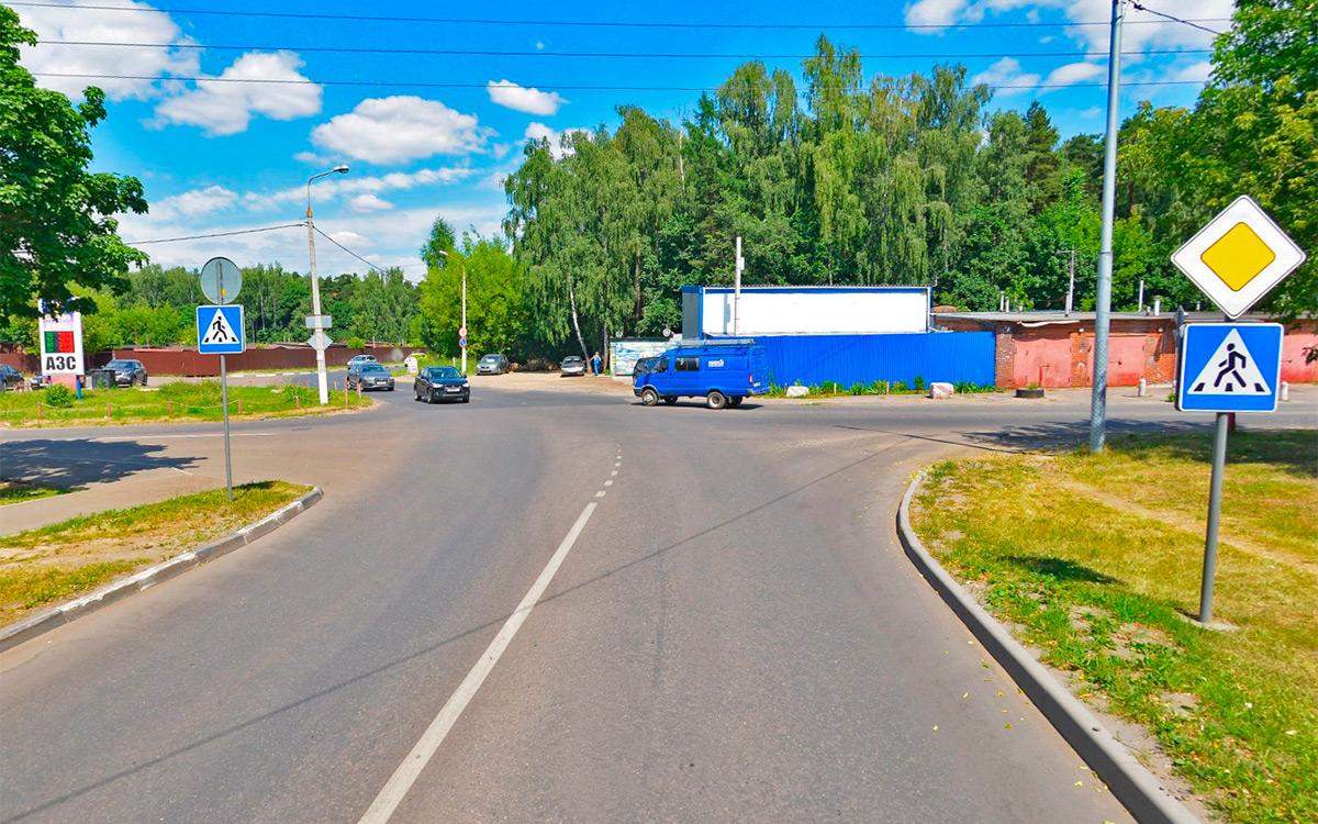 <p>Чтобы правильно развернуться на узком перекрестке, нужно знать одно важное правило. Выворачивать руль до упора следует, когда середина перекрестка примерно проходит по задней оси автомобиля.</p>