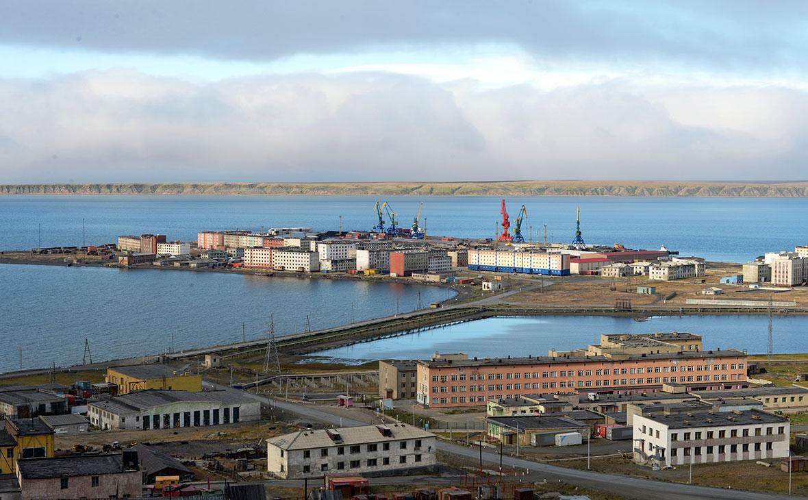 Вид на морской порт города Певек, Чукотский автономный округ