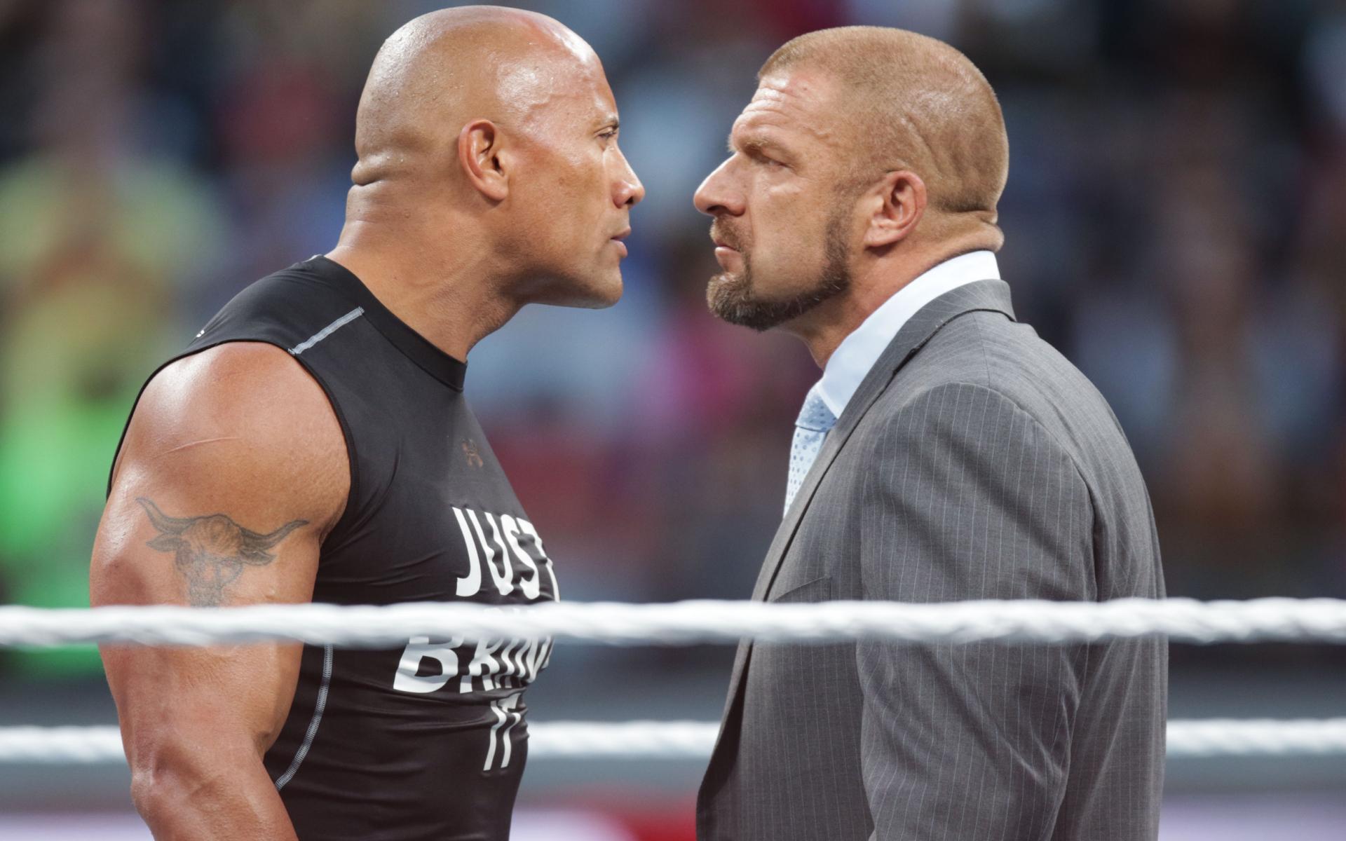Фото: Дуэйн «Скала» Джонсон (слева) на турнире по рестлингу (Don Feria/AP Images for WWE)