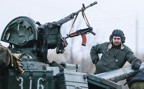 Украинский военный на танке близ Артемьевска, восточная часть Украины