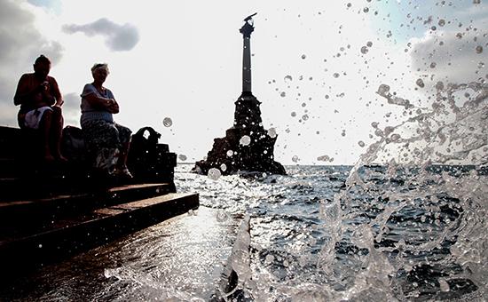 Отдыхающие у памятника затопленным кораблям вСевастополе