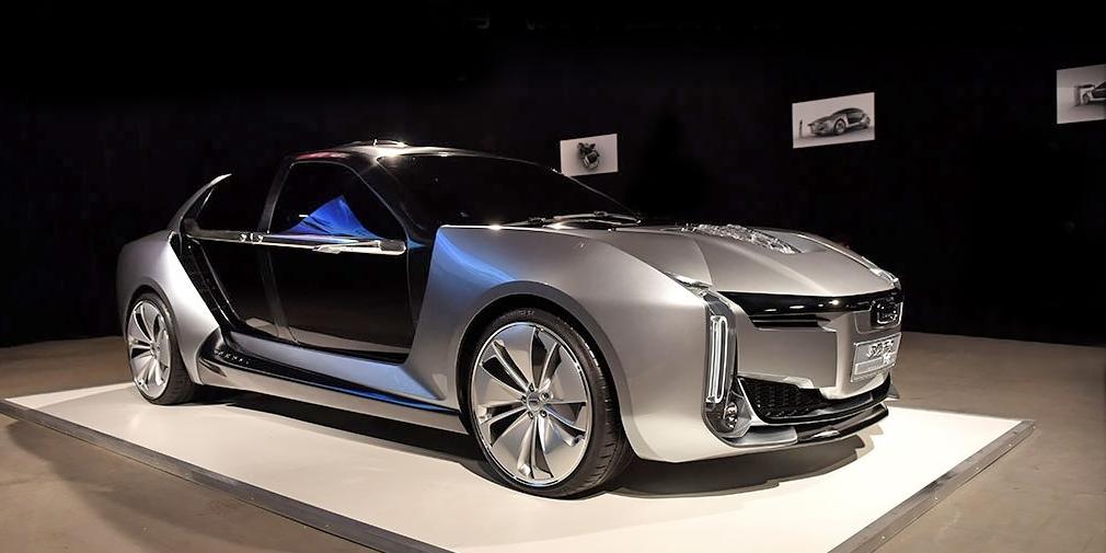 Qoros K-EV  Электрический суперкар марки Qoros разработан совместно со шведской фирмой Koenigsegg. У K-EV бензиновый двигатель и три электромотора суммарной отдачей 1306 лошадиных сил. До 100 км/ч автомобиль способен разогнаться за 2,6 с, а заявленная максимальная скорость – 260 км в час. Запас хода – около 800 километров. Кузов концепта выполнен из карбона, а дверей три – одна с водительской стороны, две – с пассажирской, причем задняя сдвигается вбок. Серийным K-EV не станет, но некоторые элементы конструкции могут появиться на более традиционном седане 2019 года.